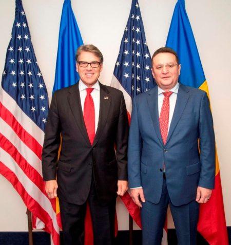 Rick Perry (stânga) și George Maior (dreapta)