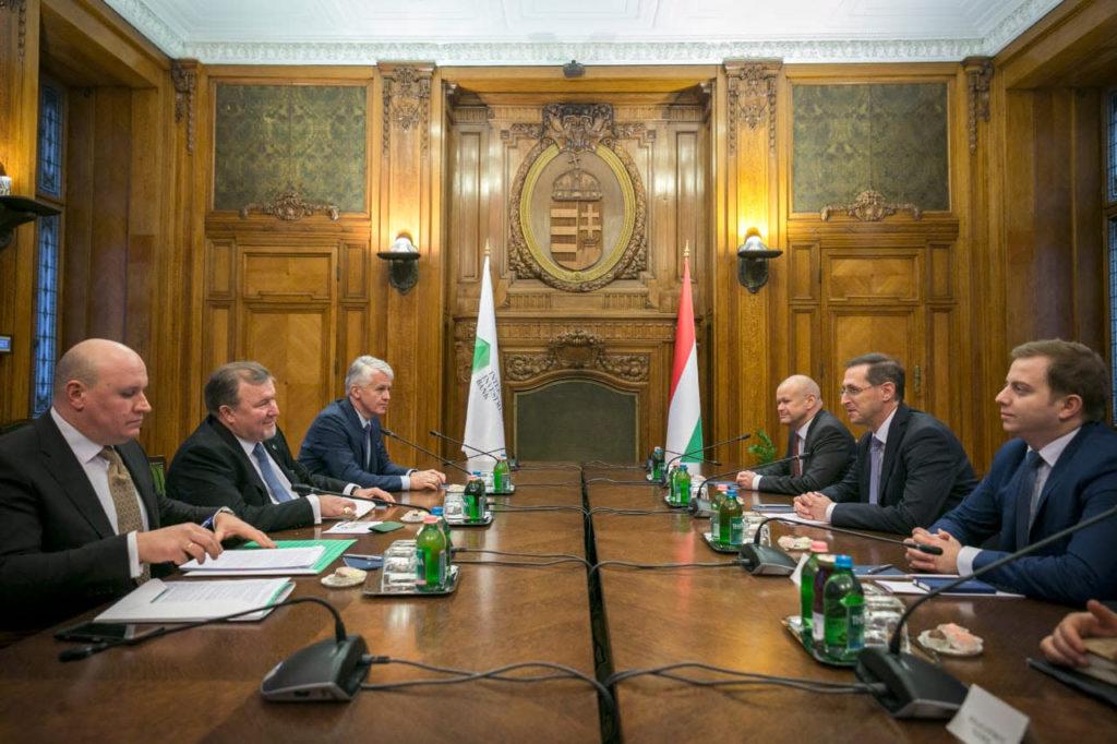 O delegație a Băncii Internaționale de Investiții, condusă de președintele Consiliului de administrație, Nikolay Kosov (stânga), a vizitat Budapesta (Ungaria) și a avut întrevederi de lucru cu vicepremierul maghiar, ministrul finanțelor Mihaly Varga și ministrul Afacerilor Externe și Comerțului al Ungariei, Peter Szijjarto. (sursa -iib.int)