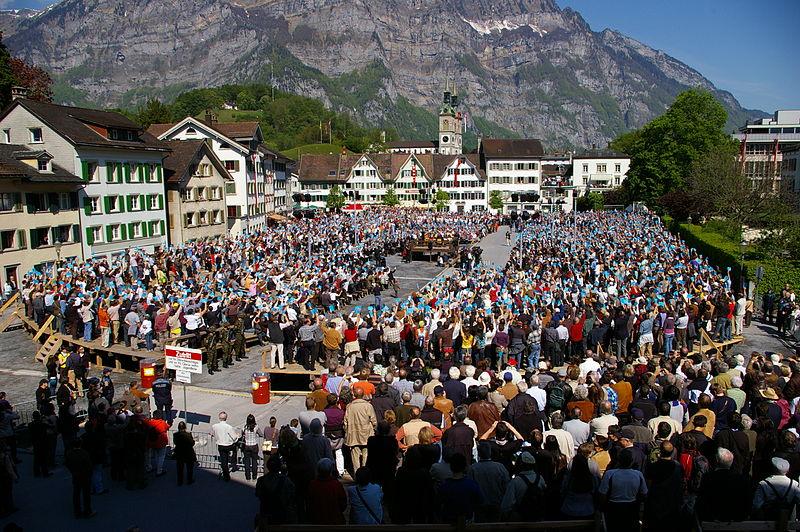 """The Landsgemeinde sau """"adunarea cantonală"""" este un sistem de vot public, ne-secret, care funcționează prin regula majorității, constituind una dintre cele mai vechi forme de democrație directă. (Source=http://www.fotocommunity.de/pc/pc/extra/mydiscuss/display/16944106  Date=3. Mai 2009  Author=[http://www.icarus-design.ch Marc Schlumpf)"""