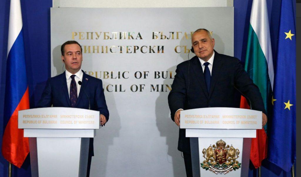 Prim-ministrul rus Dmitri Medvede la Sofia, într-o conferinţă de presă alături de omologul său bulgar, Boiko Borisov. (Foto Twitter)