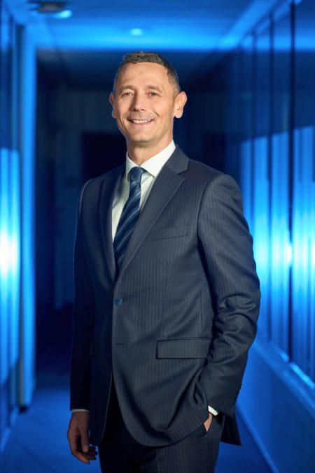 """Sergiu Manea, CEO Banca Comercială Română: """"În pofida faptului ca primul trimestru a fost dominat de preocupări și discuții intense referitoare la noul cadru de operare al sectorului bancar, am continuat să facem ceea ce contează, adică să avem grijă de oamenii și de companiile pentru care existăm""""."""