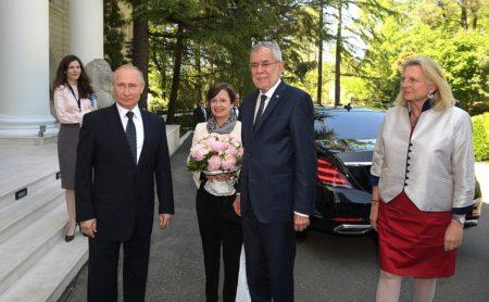 Vladimir Putin, cu președintele federal al Austriei, Alexander Van der Bellen, soția sa, Doris Schmidauer, și ministrul federal al Austriei pentru integrare și afaceri externe, Karin Kneissl, chiar înainte de discuții. (en.kremlin.ru)