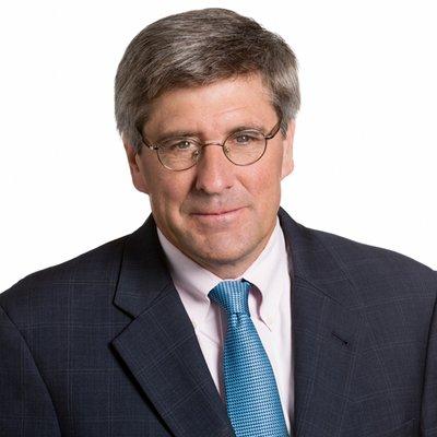 Economist, comentator cu orientare conservatoare şi amator de provocări, Stephen Moore, 59 de ani, a fost consilier al republicanului Donald Trump în timpul campaniei pentru prezidenţiale. De câteva zile se află însă în centrul atenţiei pentru unele luări de poziţie, în special cu privire la femei. (foto twitter)