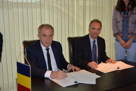 """Memorandumul de Înțelegere pentru utilizarea și dezvoltarea rețelei de transport gaze naturale pentru """"Proiectul MGD"""", a fost semnat de domnul Ion Sterian, director general al Transgaz (stânga) și de CEO-ul Black Sea Oil & Gas, domnul Mark Beacom."""