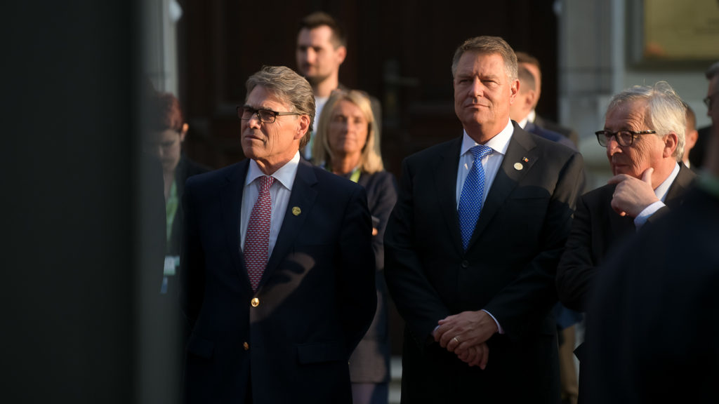 Klaus Iohannis, între Președintele Comisiei Europene, domnul Jean-Claude Juncker, și Secretarul Energiei al SUA, domnul Rick Perry.