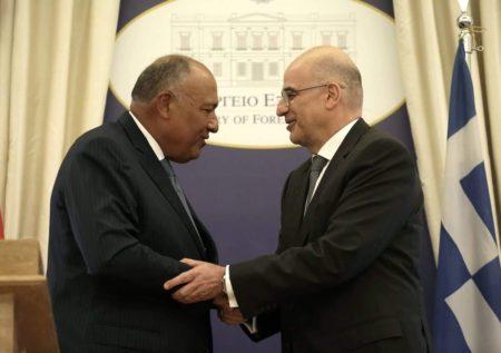 Ministrul grec de Externe Nikos Dendias (dreapta), după o întâlnire cu omologul său egiptean Sameh Shoukry. (foto Twitter)