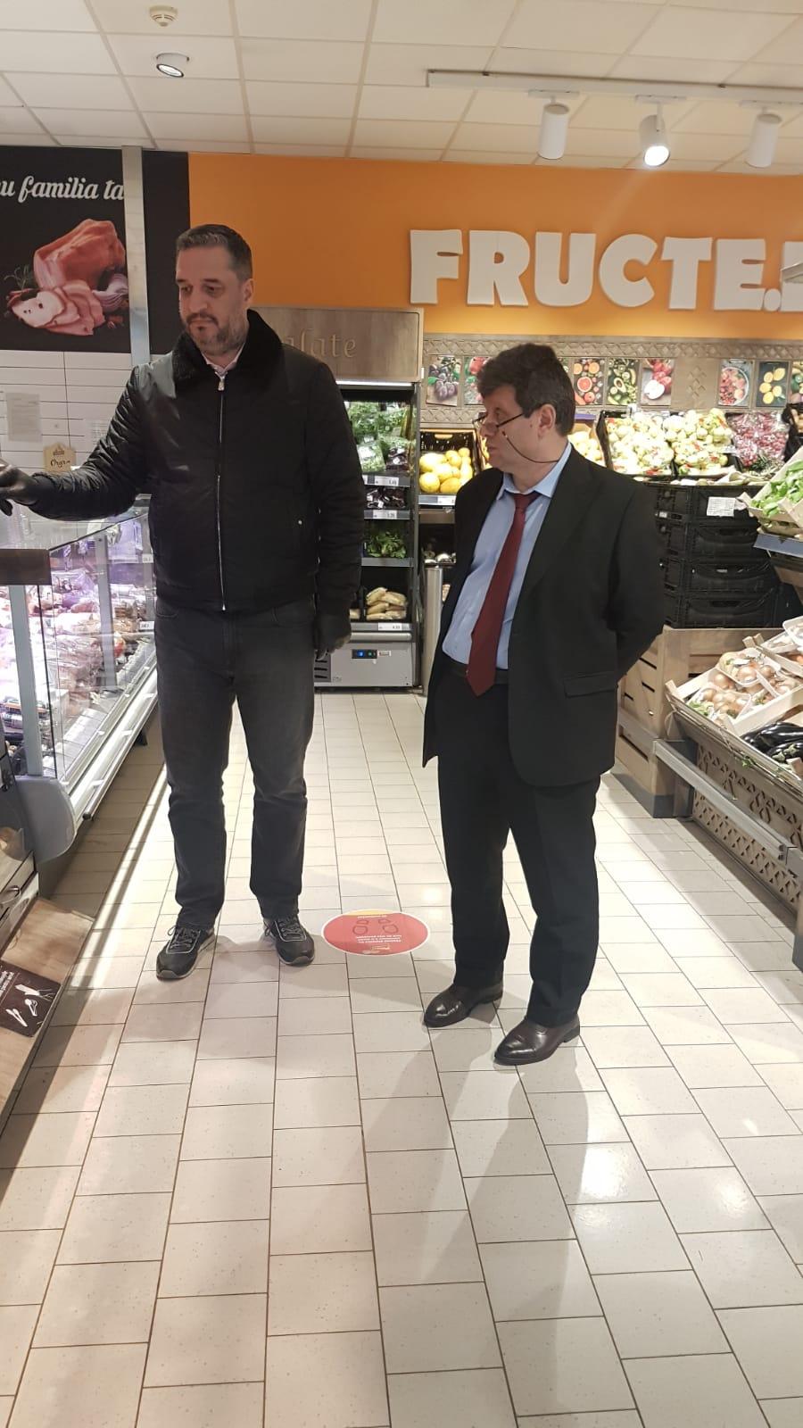 Echipe de comisari ai ANPC, coordonate de Eduardt Cozminschi, Președinte și Paul Anghel, Director General (stanga), au continuat verificările în alte unități de comercializare ale marilor retaileri.