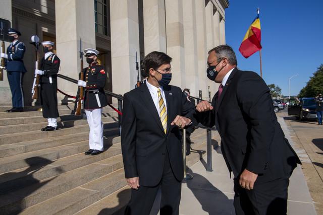 """În perioada 7-11 octombrie, Nicolae-Ionel Ciucă s-a aflat în vizită oficială în Statele Unite ale Americii, la invitația secretarului american al apărării, Mark T. Esper, ocazie cu care s-a semnat, la Pentagon, """"Foaia de parcurs dedicată cooperării la nivelul apărării, pentru perioada 2020-2030""""."""