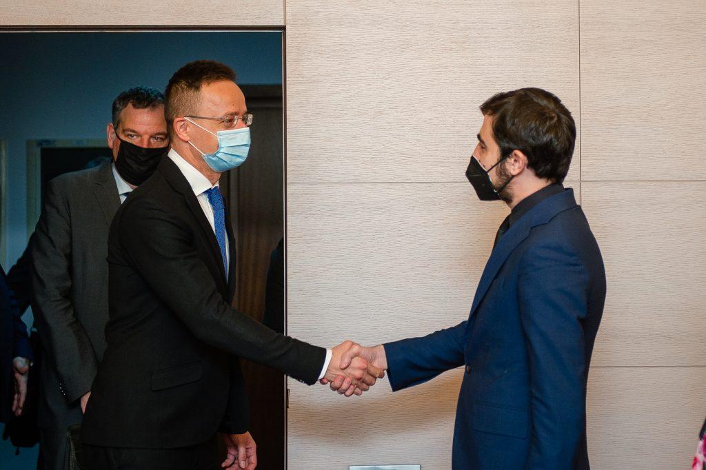 Ministrul Economiei a discutat cuPéter SZIJJÁRTÓ, ministrul afacerilor externe din Ungaria; Năsui şi-a exprimat determinarea de a facilita în continuare accesul investitorilor maghiari pe piaţa românească