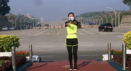 Un instructor de aerobic pare să surprindă, fără să vrea, lovitura de stat din Myanmar într-un videoclip