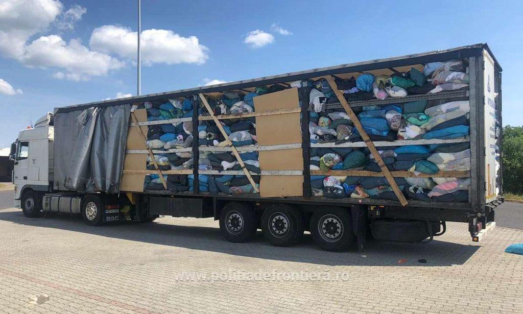 """Poliţiştii de frontieră de la Oradea, împreună cu lucrători din cadrul Gărzii de Mediu Arad, nu au permis intrarea în ţară a şase mijloace de transport încărcate cu peste 100.000 de kilograme de deşeuri, constând în textile, plastic, carton şi haine second hand, pentru care şoferii nu au putut prezenta documentele prevăzute de lege necesare transferului unor astfel de materiale. """"În data de 18.06.2021 şi 19.06.2021, poliţiştii de frontieră din cadrul Punctului de Trecere a Frontierei Borş şi Vărşand au efectuat, pe sensul de intrare în ţară, controlul specific asupra a şase automarfare, conduse de cetăţeni români. Aceştia transportau, conform documentelor de însoţire a mărfii textile, plastic, carton şi haine second hand de la diferite societăţi comerciale din Italia, Belgia, Suedia, Germania şi Austria pentru firme din România"""", transmit reprezentanţii Inspectoratului Teritorial al Poliţiei de Frontieră Oradea. Existând suspiciuni cu privire la legalitatea transporturilor, poliţiştii de frontieră au solicitat sprijin autorizat reprezentanţilor Comisariatului General Bucureşti şi Bihor din cadrul Gărzii Naţionale de Mediu. """"În urma verificărilor efectuate, s-a constatat faptul că automarfarele erau încărcate cu textile, plastic, carton şi haine second hand într-o stare avansată de degradare, fiind de fapt deşeuri, pentru care şoferii nu au prezentat documentaţia necesară prevăzută de lege. În total, în cele patru vehicule erau transportate 100.950 de kilograme de deşeuri"""", mai arată sursa citată. În toate cazurile, autorităţile de control au dispus nepermiterea intrării pe teritoriul României a mărfurilor transportate."""