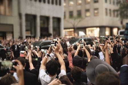crowds-with-smartphones Ericsson și operatorul american Verizon